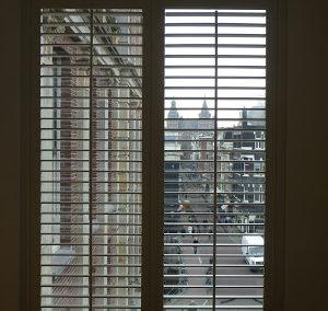 Jasno shutters in getoogd raam