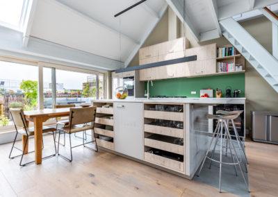 Maatwerkkeuken met veel kastruimte in Smart Glass en melamine Koningseiken