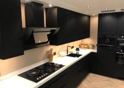 Zwarte keuken met blad composiet (Silestone) Eternal Calacatta gold