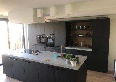 Keuken met luxe uitstraling met kunststofblad en melanine kasten met houtnerf