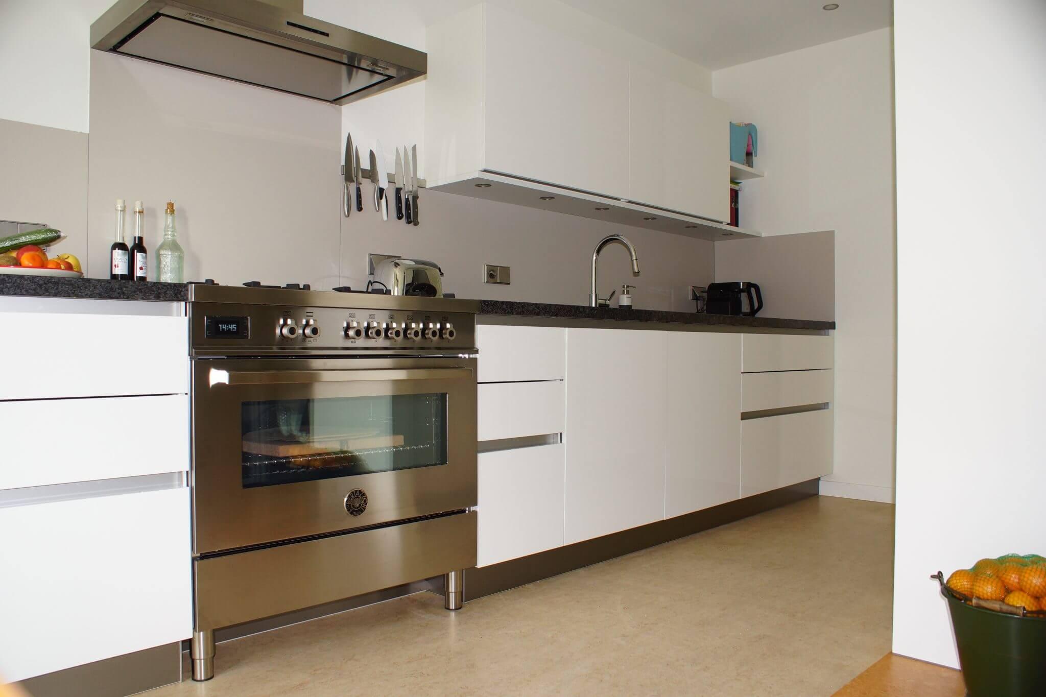 Keuken met Winia schuifdeuren, kastwand met glazen panelen van Arjan en Susanne