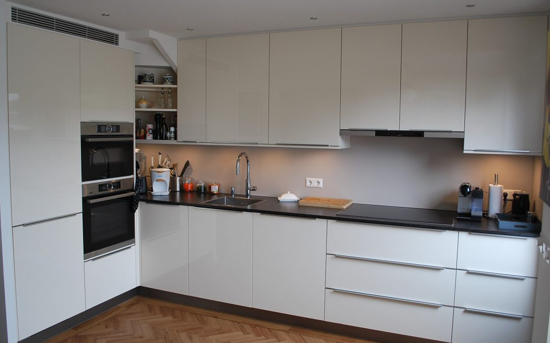 De keuken van Vincent en Aviva met maatwerkkast onder trap